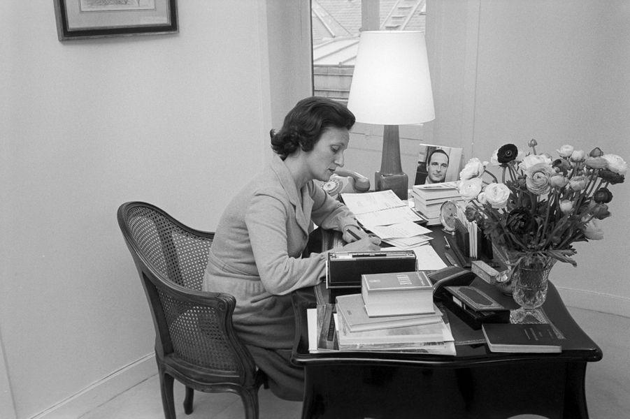 Paris, en novembre 1974. Le premier ministre de Valéry Giscard d'Estaing, Jacques Chirac, son épouse Bernadette et leurs deux filles, Laurence et Claude, s'installent à Matignon.Bernadette Chirac devant un bureau Louis XV ayant appartenu à Mme Pompidou en train d'écrire. Sur le bureau, un bouquet de fleurs et une photo de son mari.