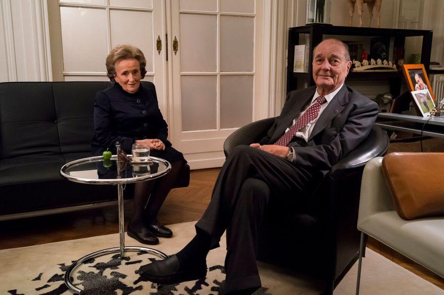 Paris, France, 20 novembre 2013. L'ancien président de la République française, Jacques Chirac, à son bureau, rue de Lille, avec son épouse Bernadette.