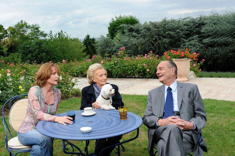 """Rueil-Malmaison (Hauts-de-Seine), 9 juin 2011 : l'ancien président Jacques Chirac, chez son amie Line Renaud pendant le week-end de la Pentecôte. Il reçoit """"Paris Match"""" à l'occasion de la sortie du deuxième tome de ses mémoires, """"Le temps présidentiel"""", aux éd. Nil, coécrit avec Jean-Luc Barré. Entre Jacques, son épouse Bernadette et leur fille Claude, l'ambiance est détendue, tous trois réunis autour d'une petite table dans le jardin de la propriété. L'ancien président aligne les bons mots. Même Sumette, le bichon maltais frisé, semble captivée par son maître."""