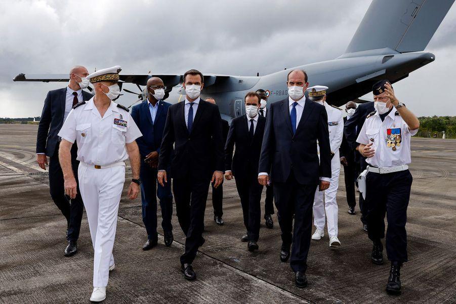 Jean Castex et Olivier Véran à leur arrivée en Guyane, dimanche