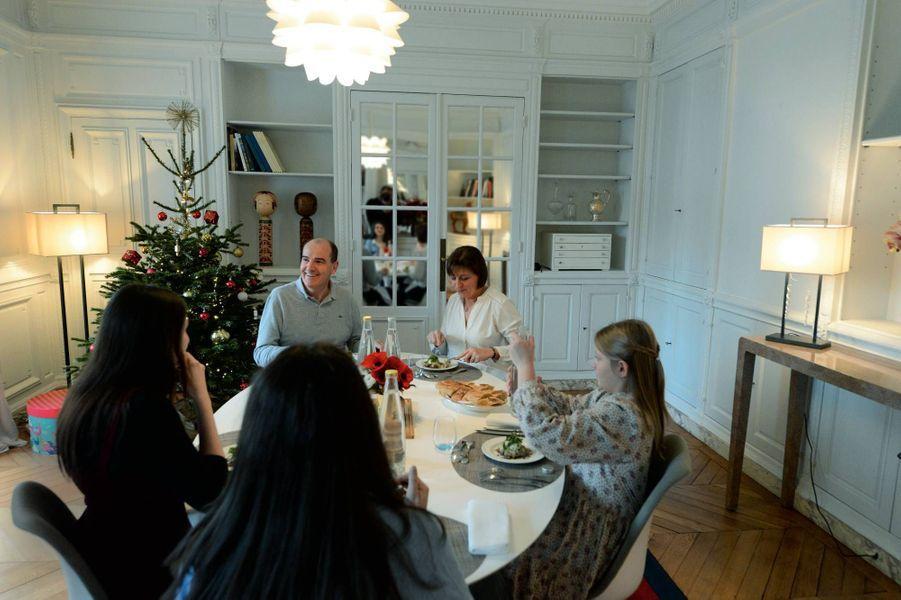 Déjeuner dans les appartements privés, le 13 décembre, avec son épouse Sandra et leurs filles, Pauline, 19 ans, Eugénie, 15 ans, et Léa, 10 ans. Il ne manque que leur aînée, Lise, 21 ans.