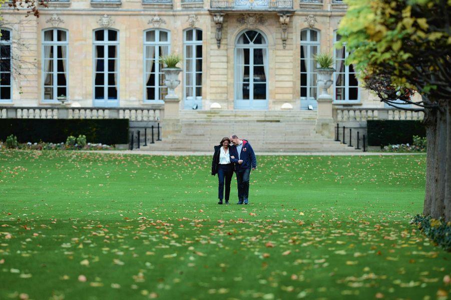 Promenade dans le parc de Matignon, où il plantera en janvier « son » arbre de Premier ministre.