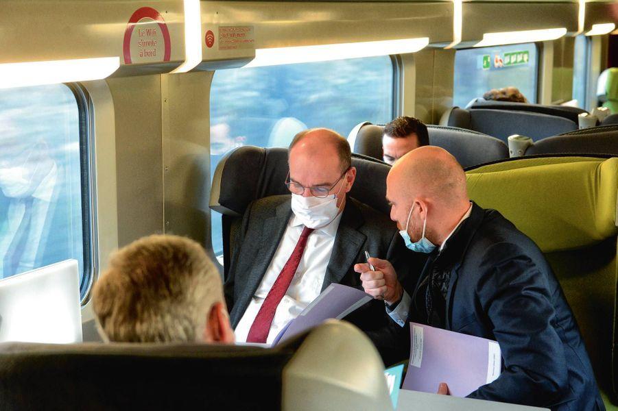 Dans le train pour Reims samedi 28 novembre, accompagné de Bruno Le Maire (de dos).