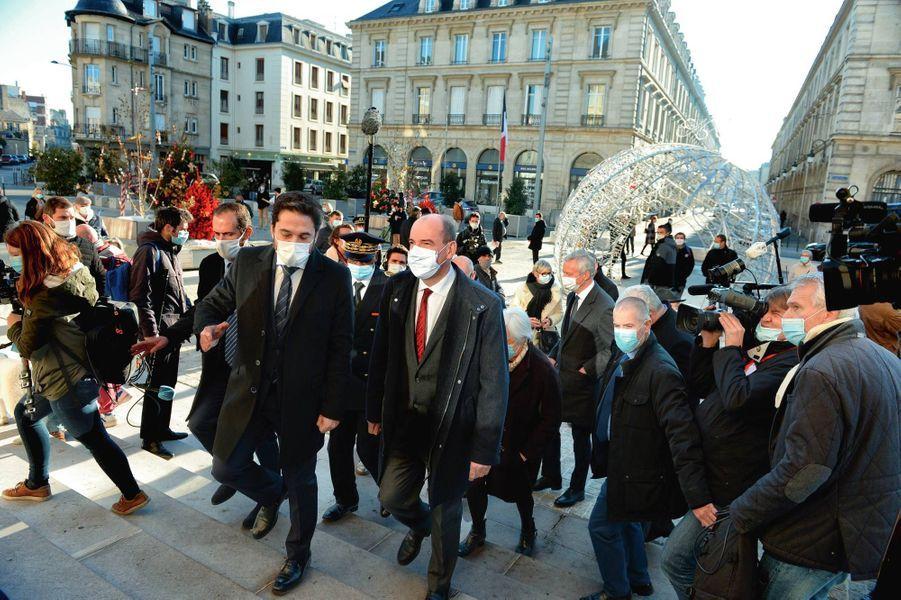 Avec le maire de Reims Arnaud Robinet, Jean Castex assiste à la réouverture des commerces dits « non essentiels ».
