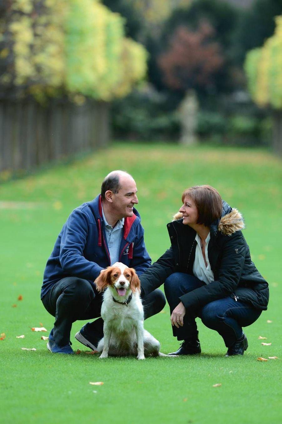 Dans le parc de Matignon, avec son épouse Sandra et leur épagneul breton Luna.