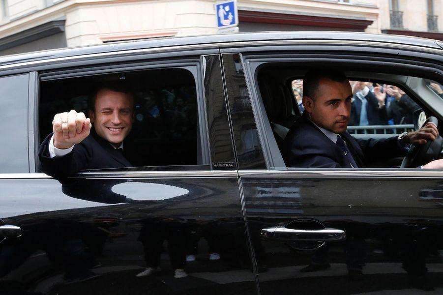 Emmanuel Macron en train de quitter dimanche soir son domcile parisien.