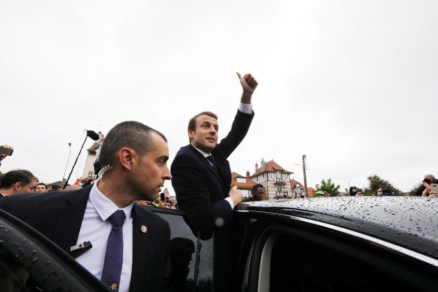 Emmanuel Macron quitte la mairie du Touquet, après avoir voté.