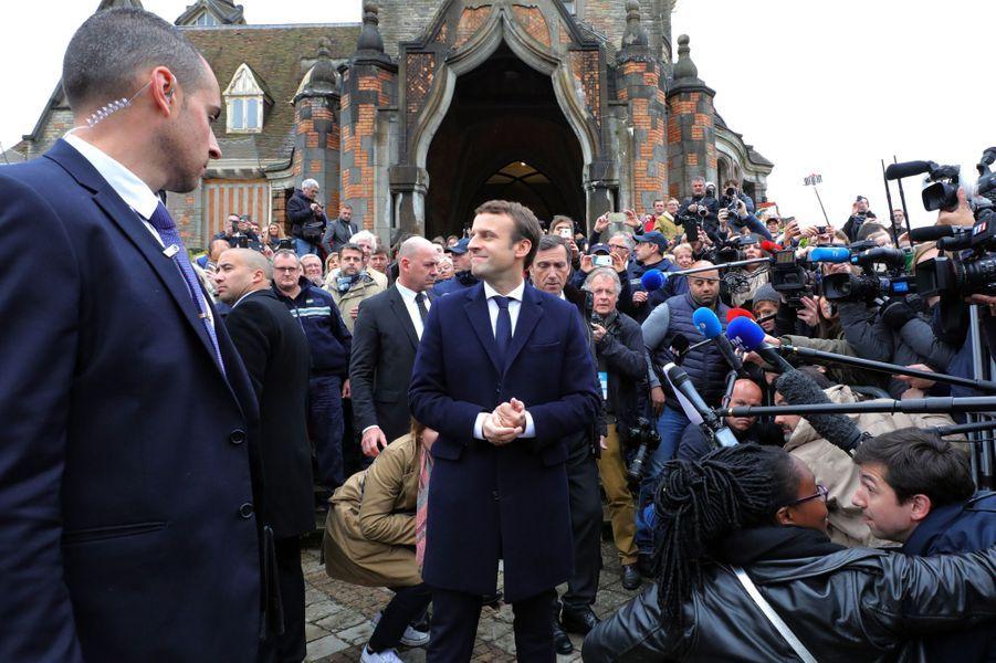 Emmanuel Macron et sa femme Brigitte quittent la mairie du Touquet, après avoir voté.