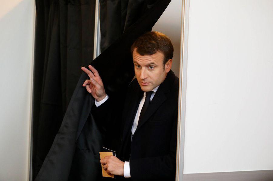 Emmanuel Macron s'apprête à voter.