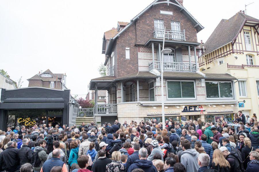 La foule massée devant la maison des Macron au Touquet, samedi.