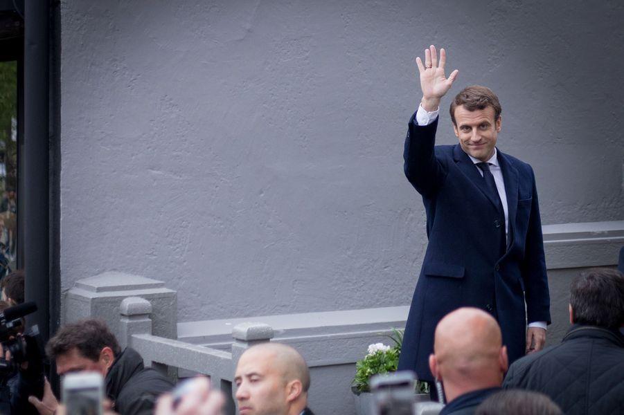 Emmanuel Macron quitte son domicile au Touquet pour aller voter, dimanche matin.