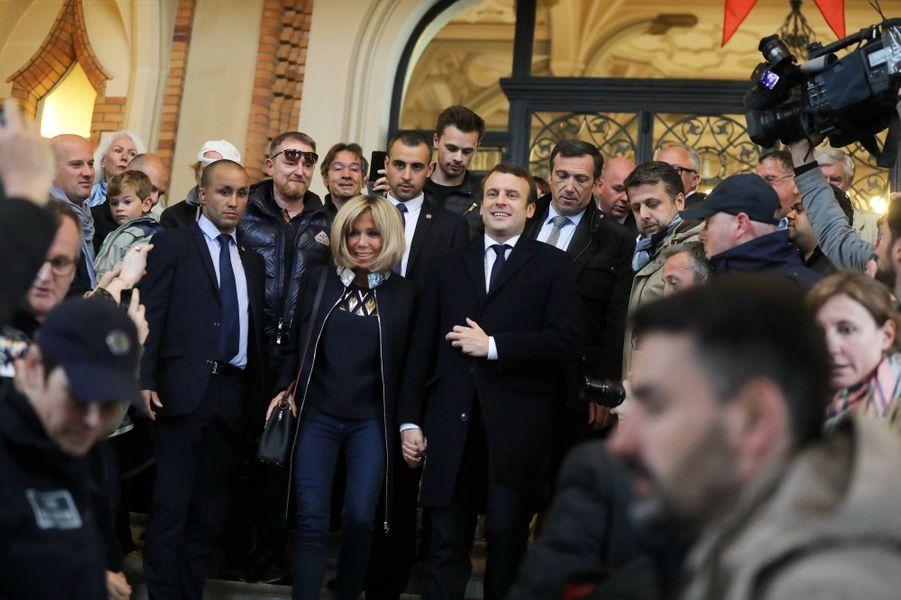 Emmanuel Macron et sa femme Brigitte à la mairie du Touquet pour voter.