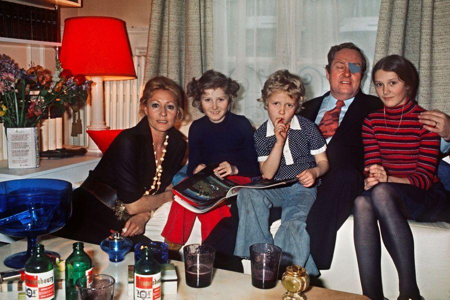 Le président du Front national Jean-Marie Le Pen pose avec sa femme Pierrette et leurs filles dans leur appartement parisien le 1er mai 1974. De gauche à droite : Pierrette Le Pen, Yann, Marine, Jean-Marie Le Pen, Marie-Caroline.