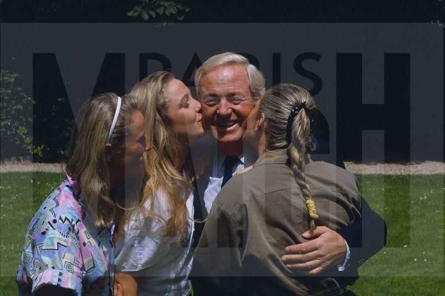 Jean-Marie Le Pen, chez lui, à Saint-Cloud avec ses filles, Marie-Caroline, Yann et Marine, le 22 juin 1987.