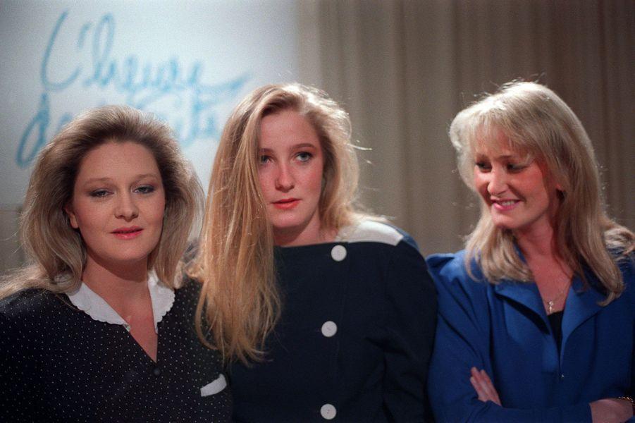 De gauche à droite,Marie-Caroline, Marine et Yann Le Pen assistent le 27 janvier 1988 à Paris à l'émission «L'Heure de Vérité», dont leur père est l'invité pour la quatrième fois.