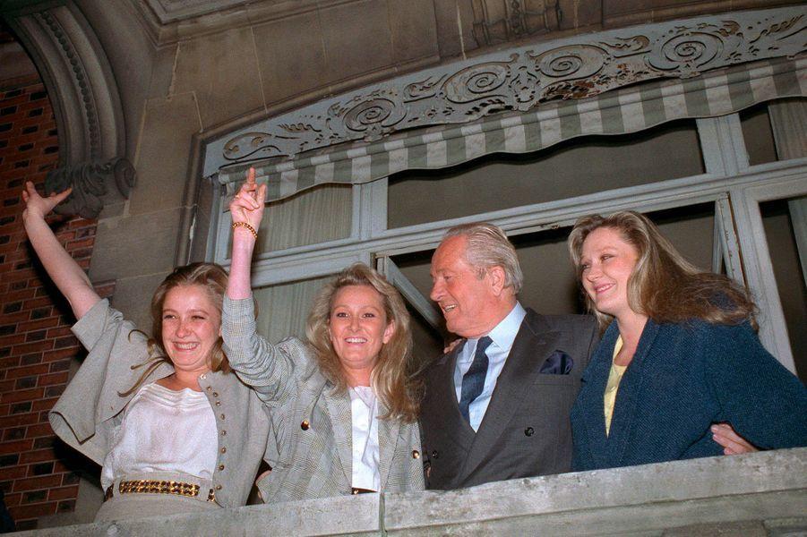 Jean-Marie Le Pen et ses filles (de gauche à droiteMarine, Yann and Marie-Caroline), célèbrent le 24 avril 1988 la qualification du candidat du Front national au second tour de l'élection présidentielle, depuis le balcon de leur résidence de Montretout à Saint-Cloud.