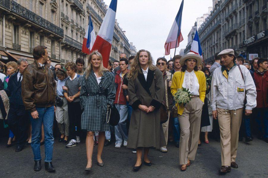 Le Front National de Jean-Marie Le Pen fête le 1er mai et la fête de Jeanne d'Arc une semaine à l'avance à cause des élections présidentielles : ses filles Marie-Caroline et Marine sont dans le cortège.