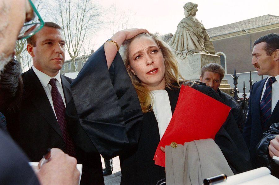 Marine Le Pen, avocate de deux militants du FN, Samuel Maréchal, gendre de Jean-Marie Le Pen, et Jean-Marie Lebraud qui comparaissent devant le tribunal correctionnel au lendemain de heurts survenus entre militants du FN et lycéens, arrive au palais de justice d'Auch le 22 mars 1995.