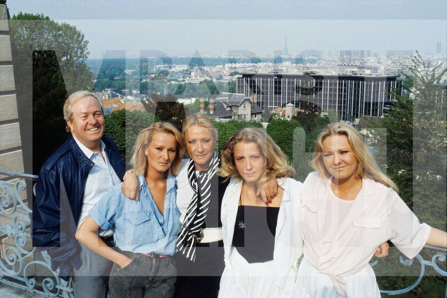 Jean-Marie Le Pen pose en famille avec sa femme et ses filles dans sa propriété de Montretout, à Saint-Cloud, en juin 1984.