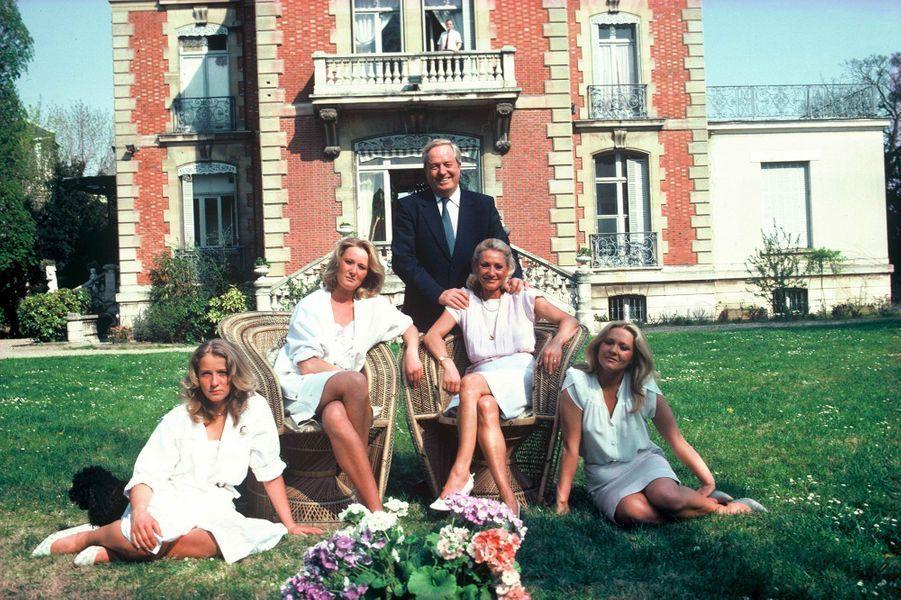 Jean-Marie Le Pen en famille dans sa propriété de Montretout en juin 1984. De gauche à droite : Marine le Pen, Yann Le Pen, Jean Marie Le Pen, Pierrette Le Pen, et Marie Caroline Le Pen.
