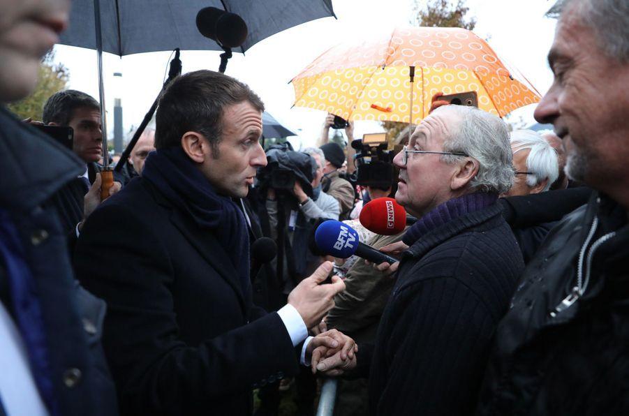 7 novembre 2018. Lors de son itinérance mémorielle, Emmanuel Macron s'apprête à visiter un EHPAD à Rozoy-sur-Serre et s'entretient avec des badauds.