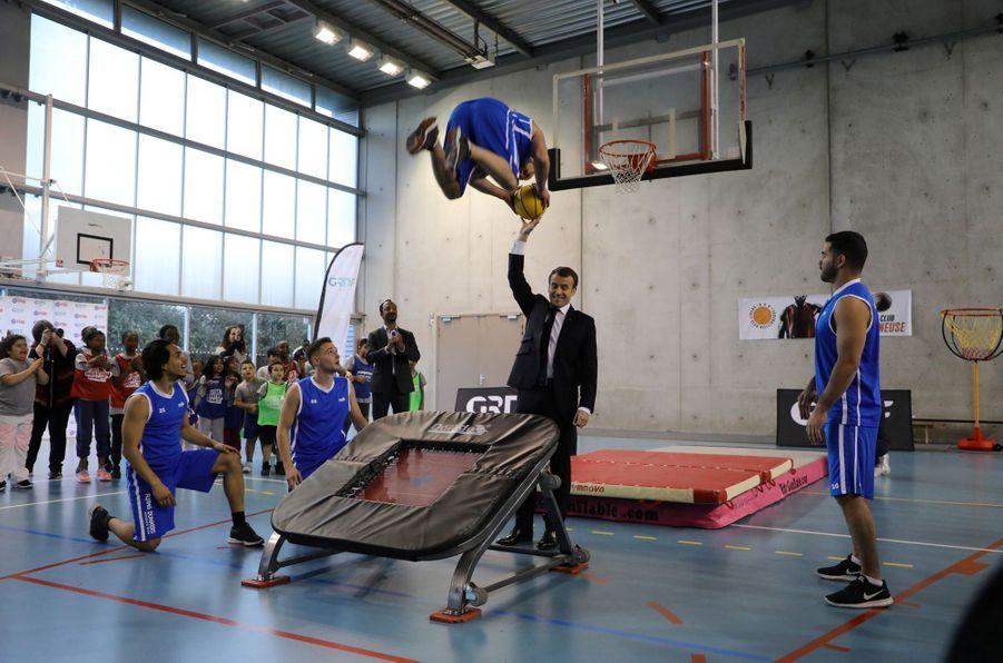 27 février 2018. Au gymnaseJesse Owens de Villetaneuse, Emmanuel Macron prend part à une démonstration de basketteurs acrobatiques.