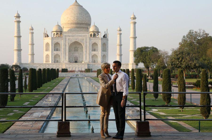 11 mars 2018.Emmanuel Macron et son épouse Brigitte posent devant le Taj Mahal.