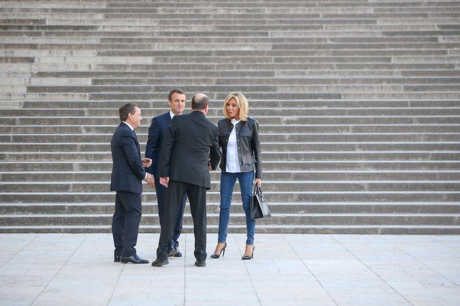 Emmanuel Macron et son épouse Brigitte sont accueillis au Palais de Chaillot par Alain Weil et Hervé Béroud.