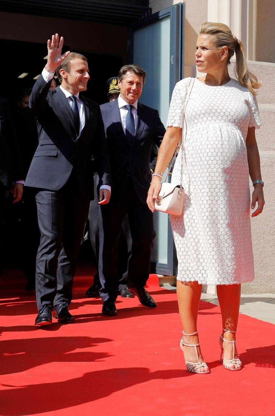 Arrivée d'Emmanuel Macron à Nice. Le président est accueilli par Christian Estrosi et son épouse Laura Tenoudji.