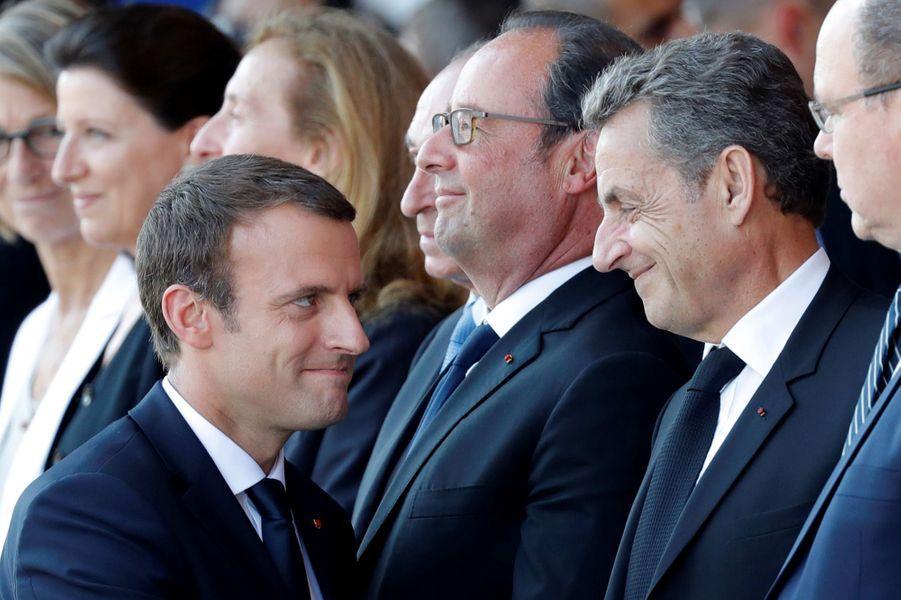 Emmanuel Macron salue Nicolas Sarkozy.