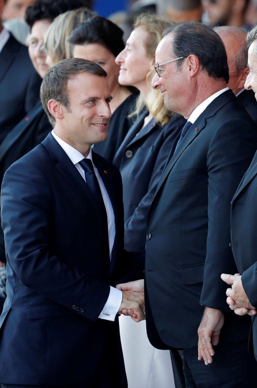Le président de la République salue François Hollande.