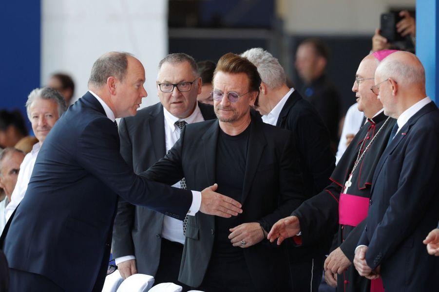 Le Prince Albert II salue archevêque de MonacoBernard Barsi , sous les yeux du chanteur Bono.