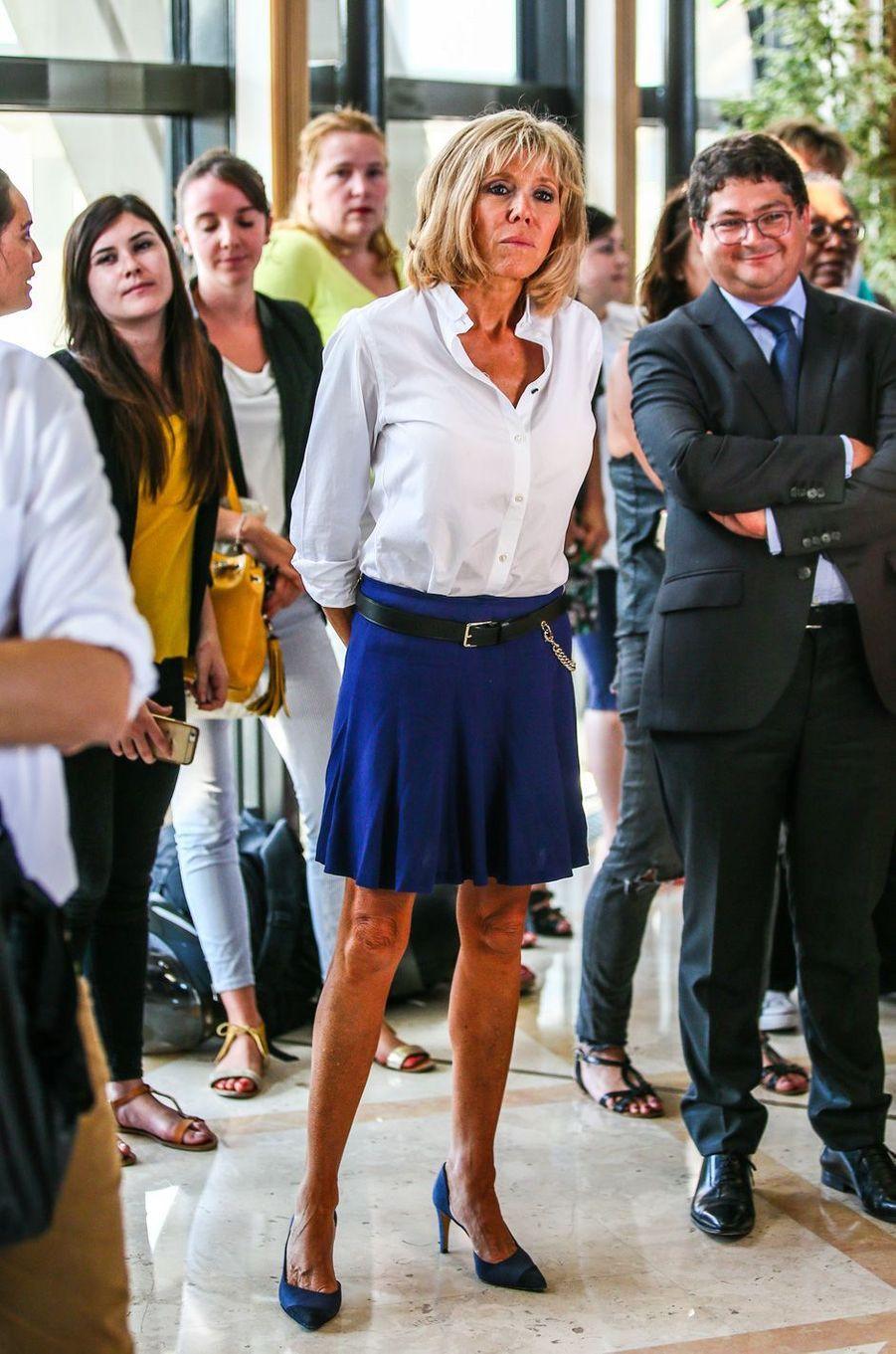 Brigitte Macron assiste à la conférence de presse qu'Emmanuel Macron a donné après sa démission du ministère de l'Economie, le 30 août 2016.