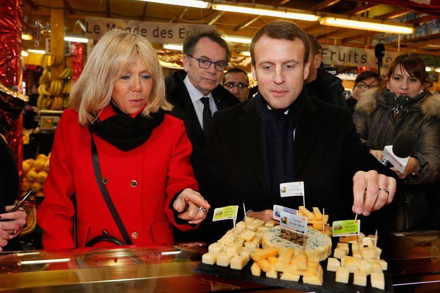 Le couple Macron en campagne au marché Saint-Pierre à Clermont-Ferrand, en janvier 2017.