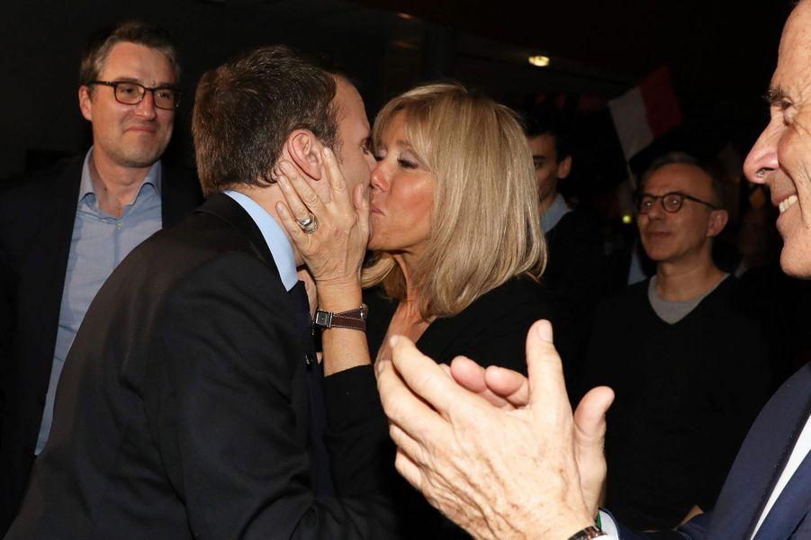 Le couple s'embrasse en marge d'unmeeting à Talence, en mars 2017.