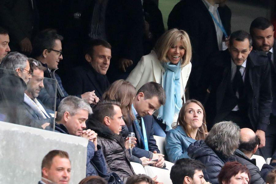 Brigitte Macron, aux couleurs de l'OM et son époux assistentà la rencontre OM-Dijon au stade Vélodrome, en avril 2017. Dans la journée, le candidat avait donné unmeeting au Parc Chanot.