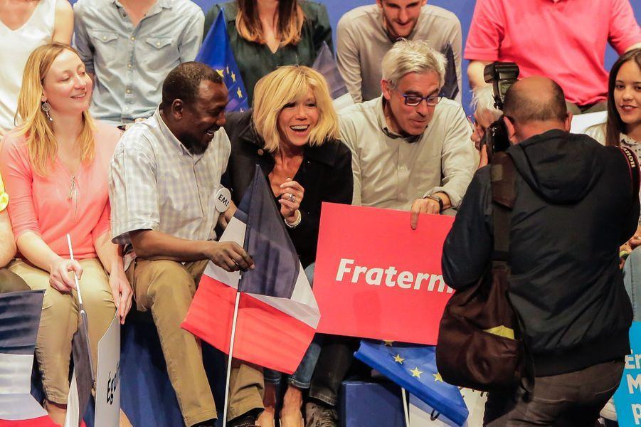 Brigitte Macron, lors du meeting de son mari au Zénith de Pau, le 12 avril 2017.