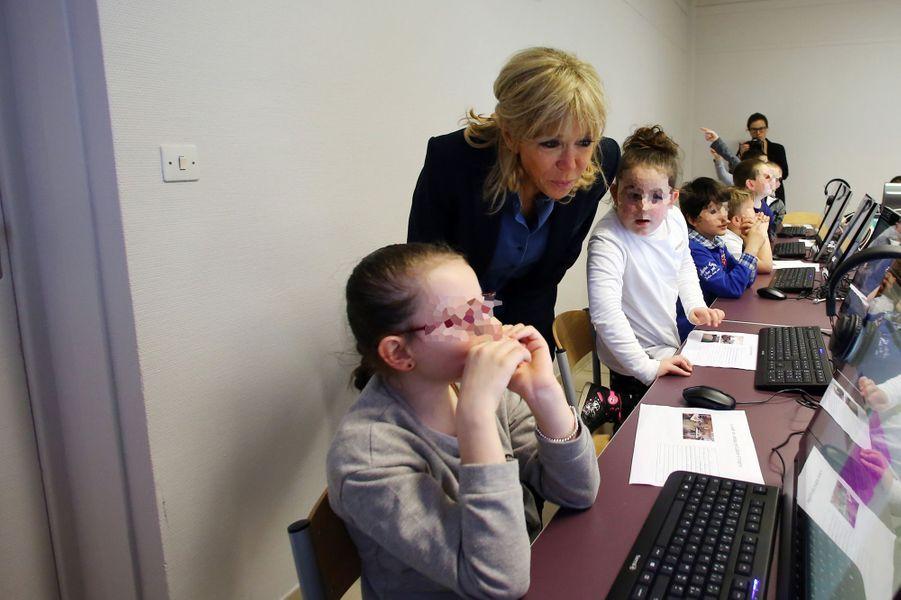 Brigitte Macron visite l'école primaire Victor Hugo à Avallon, en mars 2017.