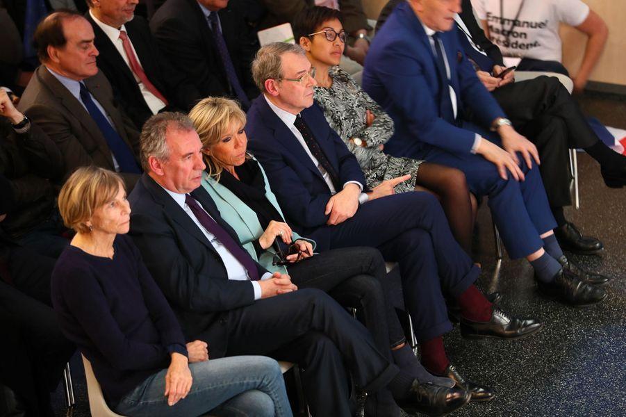 Brigitte Macron, assise aux côtés deMarielle de Sarnez, François Bayrou et Jean-Jacques Aillagon, lors d'une réunion publique d'Emmanuel Macron à Reims, en mars 2017.