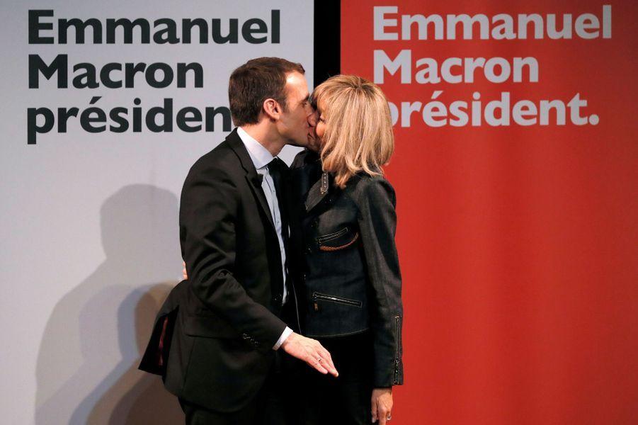 Emmanuel Macron embrasse son épouse Brigitte le 8 mars 2017 sur la scène du théâtre Antoine.