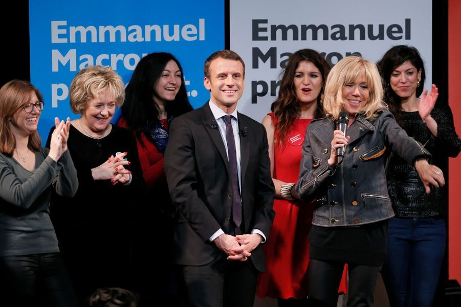 Brigitte Macron sur la scène duthéâtre Antoine, le 8 mars 2017, aux côtés de son mari.