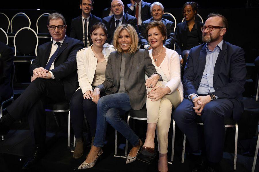 Brigitte Macron pose avec Aurore Berge et Frédérique Dumas dans le public du deuxième débat présidentiel, diffusé le 4 avril par BFM TV et CNews.