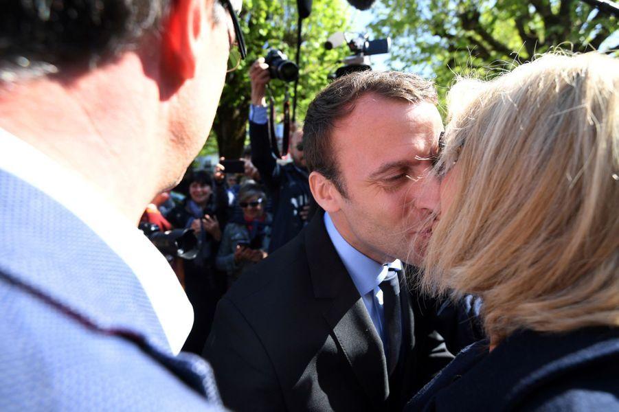 Lors d'une visite àBagnères de Bigorre le 12 avril 2017,Emmanuel Macron embrasse son épouse.