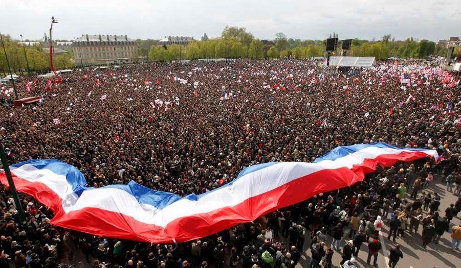 François Hollande tient un grand meeting sur l'esplanade du château de Vincennes, pendant que Nicolas Sarkozy est à la Concorde. Malgré le temps, le PS revendique quelque 100000 personnes ayant répondu présent.