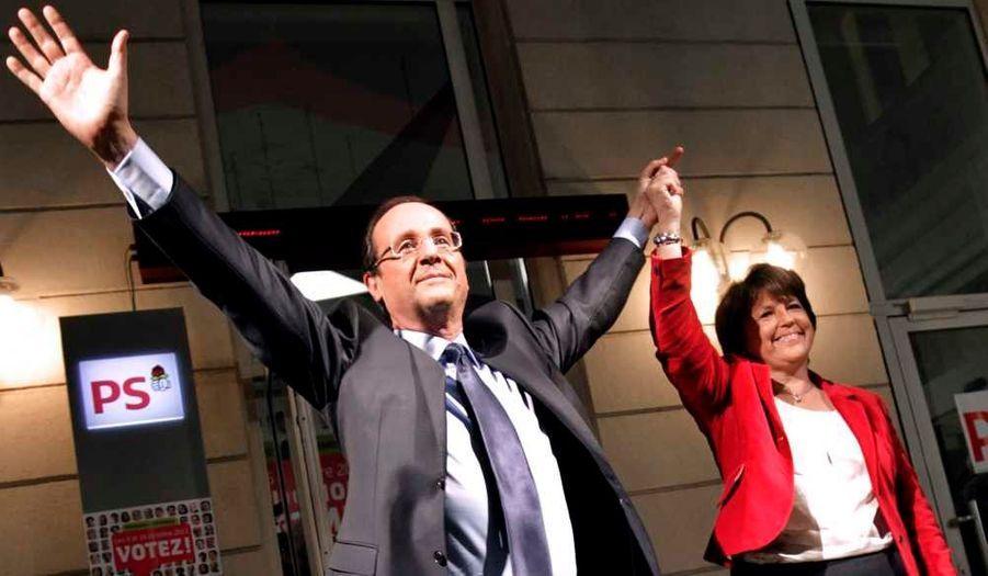 François Hollande remporte la primaire socialiste avec 56,57 % des suffrages, contre 43,4% pour Martine Aubry. Il devient officiellement le candidat PS à l'élection présidentielle de 2012.