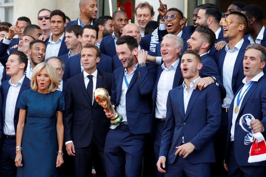 EmmanuelMacronet son épouse Brigitte ont accueilli lundi en début de soirée les joueurs de l'équipe de France de football après leur descente des Champs-Elysées pour célébrer leur titre de champions du monde.