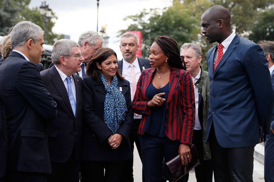 En octobre 2016,Laura Flessel, ici aux côtés d'Anne Hidalgo,Thomas Bach et Pascal Gentil, défend la candidature de Paris pour les JO 2024.