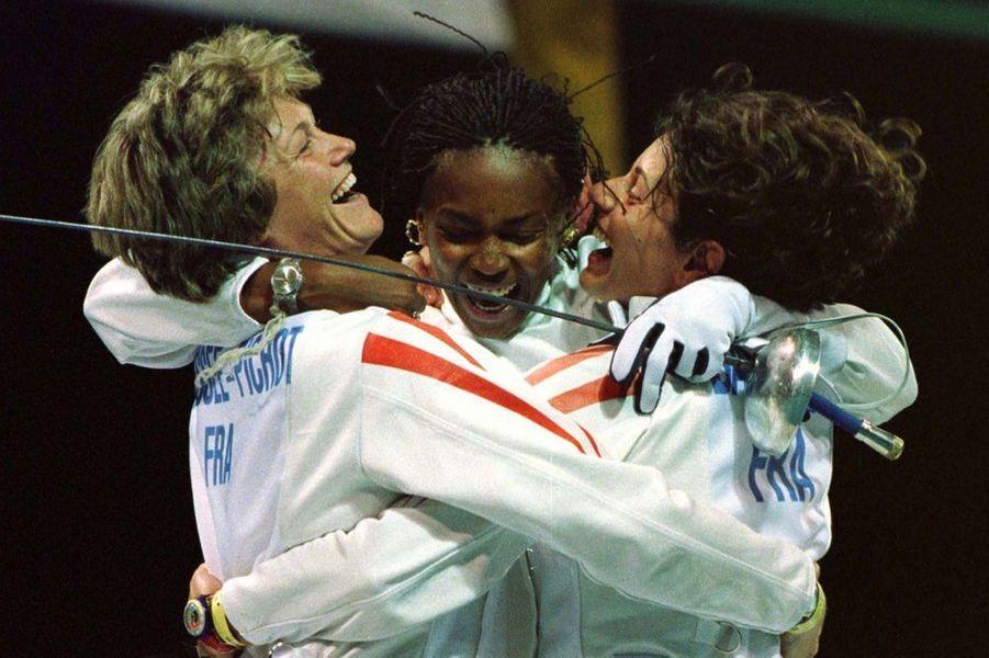Laura Flessel, avecSophie Moresee-Pichot et Valerie Barlois, championnes olympiques par équipes à l'épée, aux Jeux d'Atlanta.
