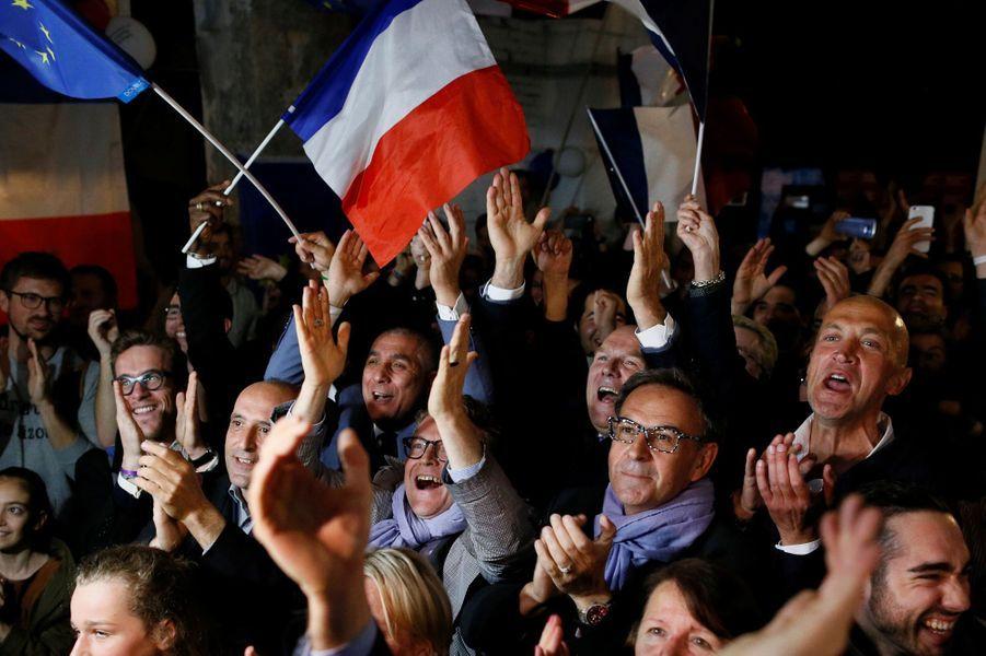 Des supporters d'Emmanuel Macron à Lyon, dimanche soir.