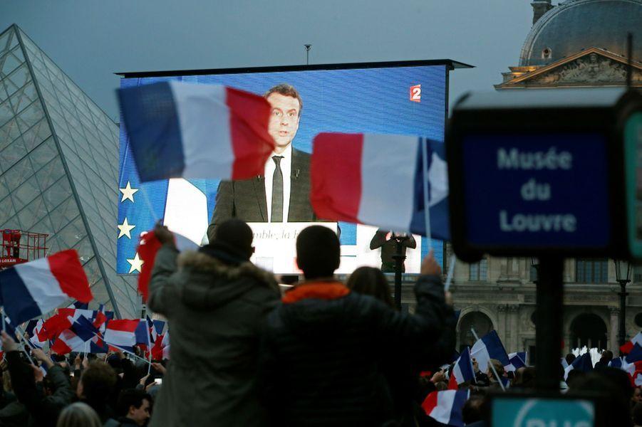 Ecran géant au Louvre pour la victoire d'Emmanuel Macron.